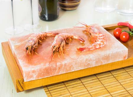 Shrimp on the Himalayan salt block 版權商用圖片 - 51871812