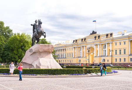 uomo a cavallo: San Pietroburgo, Russia - 11 giugno, 2015: Il cavaliere di bronzo, monumento a imperatore Pietro I il Grande sulla Piazza del Senato.