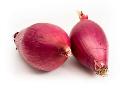 an onions: cebolla roja de Tropea aislados sobre fondo blanco
