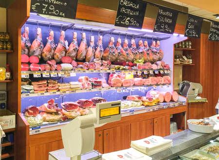 jamones: Varese, Italia - 11 de de agosto de, 2016: jamones, quesos y otros gastronomía en el supermercado de las compras.