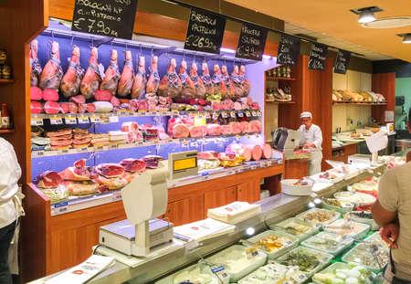 hams: Varese, Italia - 11 de de agosto de, 2016: jamones, quesos y otros gastronomía en el supermercado de las compras.