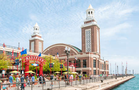 Chicago, IL, USA - August 24, 2014: Tourists enjoy a summer day at famous Navy Pier garden. Its a favorite tourist destination with many parks, gardens, shops, restaurants and other entertainments. 版權商用圖片 - 64637585