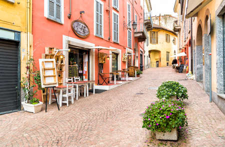 Luino, Lombardy, Italy - October 28, 2016: Historic center with typical bars, restaurants and shops in Luino, is a small touristic town on the eastern shore of Lake Maggiore. 新聞圖片