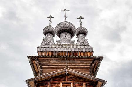 Koepel van de oude houten kerk in Malye Korely, Rusland