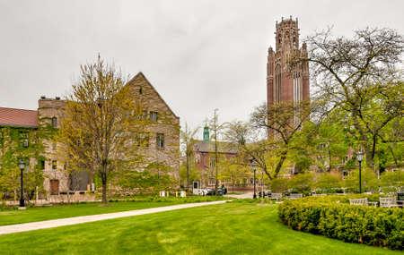 Campus de la Universidad Square of Chicago con vistas al Saieh Hall for Economics Tower, Illinois, EE. UU. Foto de archivo