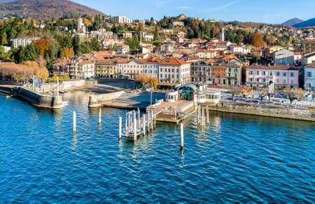 Luino、上空からの眺めは、ヴァレーゼ県、イタリアのマッジョーレ湖の湖畔にある小さな町です。