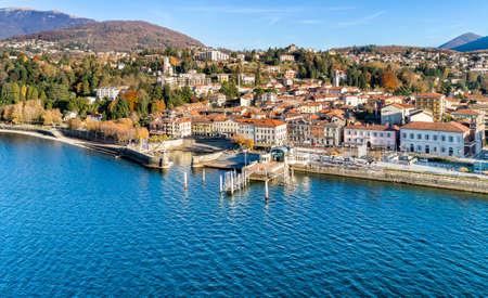 Вид с воздуха на Луино - небольшой городок на берегу озера Маджоре в провинции Варезе, Италия.