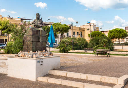 Island of Women, Palermo, Italy - September 27, 2018: Bronze monument to the Emigrant, a woman who nurses the child, by Rosario Vullo, located in the park of the Island of the Females, province of Pal 報道画像