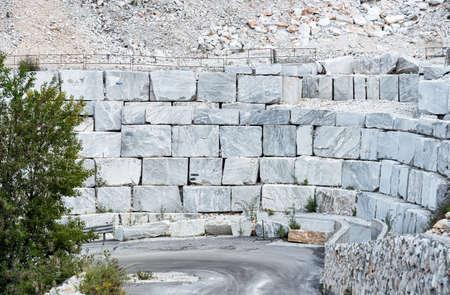 Bloques de mármol blanco en la cantera de mármol de Carrara en los Alpes Apuanos en Toscana, Italia