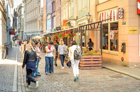 Riga, Latvia - September 5, 2019: People visiting the narrow streets with bars and shops in Old Riga - Vecriga, Latvia 新聞圖片