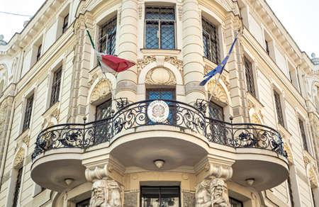 Riga, Lettland - 5. September 2019: Blick auf die Fassade der italienischen Botschaft in der Altstadt von Riga, Lettland Editorial