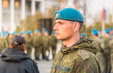 Pskow, Russische Föderation - 4. Mai 2018: Porträt des jungen Soldaten der russischen Spezialstreitkräfte mit blauem Barett auf dem Platz von Pskow, Russland