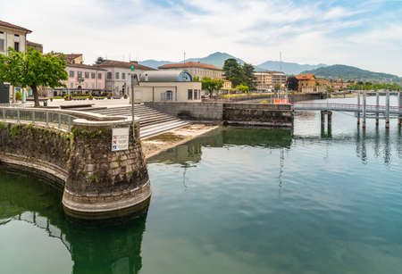 The old port in tourist town Luino, located on the coast of Lake Maggiore, Italy 版權商用圖片 - 146921581