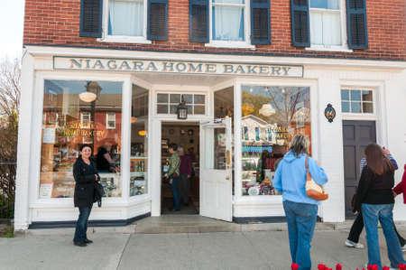 Niagara-on-the-Lake, Ontario, Canada - April 25, 2012: People visiting Niagara Home Bakery in the center of Niagara-on-the-Lake, Canada 新聞圖片