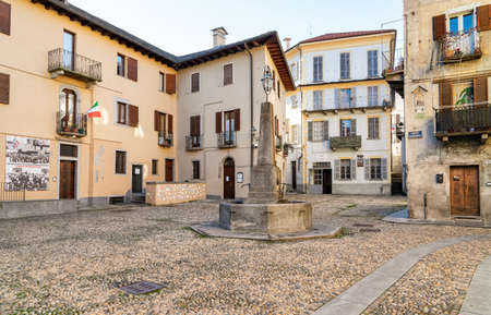 Domodossola, Piedmont, Italy - November 11, 2016: Street in the historic center of Domodossola, Verbano Cusio Ossola, Piedmont, Italy 新聞圖片