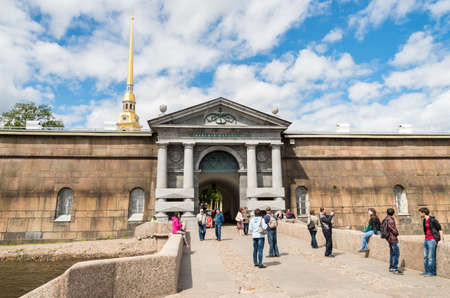Saint Petersburg, Russia - June 17, 2015: Tourists near Neva gate for visiting the Peter and Paul fortress in Saint Petersburg, Russia. 新聞圖片