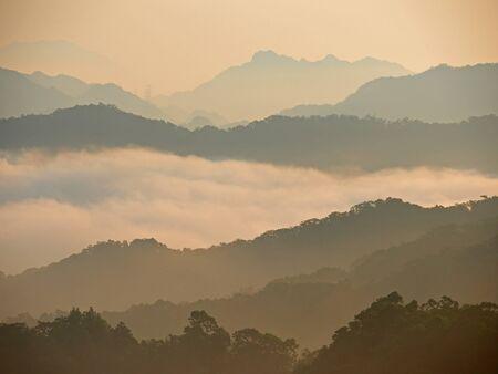 nubes de oro por encima de la montaña en el amanecer rompiendo Foto de archivo