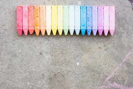 Overhead of lined up multicolored sidewalk chalk 스톡 콘텐츠 - 102493717