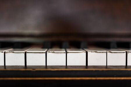 Grungy pobite klawisze fortepianu starego pianina gracza