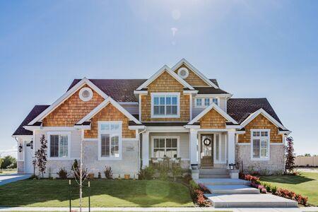 Gehobenes modernes Haus in Neubau, sorgfältig angelegt, große Fenster Standard-Bild
