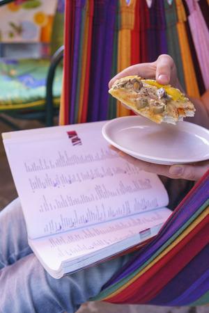 italien: Having pizza while learning Italien sitting in a hammock