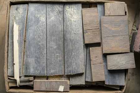 Pappschachtel alter Holzabtrennungen in verschiedenen Größen von oben gesehen in einem DIY- oder Renovierungskonzept Standard-Bild