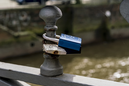 Zwei Vorhängeschlösser am Brückengeländer als Symbol der Liebe Standard-Bild - 88592634