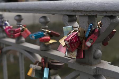 Bunte Vorhängeschlösser fixiert zum Metallgeländer als Symbol der Liebe Standard-Bild - 88587990