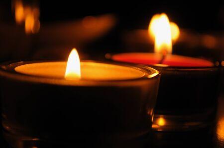 kerzen: Kerzen in der Dunkelheit Lizenzfreie Bilder