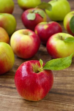 pommes: pommes rouges et verts sur un fond en bois