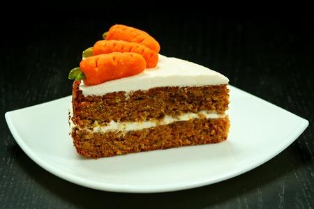 白いプレートにキャロット ケーキの甘いスライス