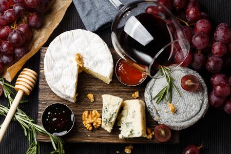 Kaasplankje geserveerd met wijn, jam en honing bovenaanzicht