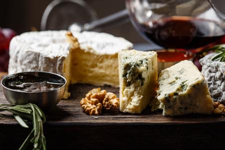 queso de cabra: Plato de quesos franceses de primer plano
