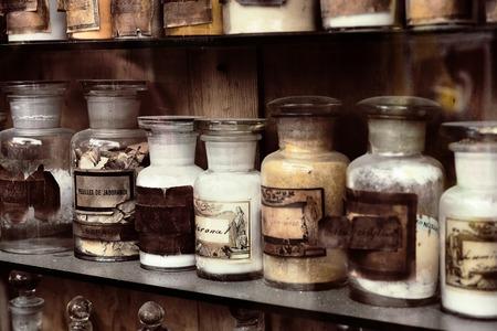 오래된 약국에서 약물과 찬 스톡 콘텐츠