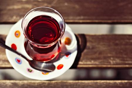 x�cara de ch�: Turkish tradicional copo de ch� na tabela de madeira do close up