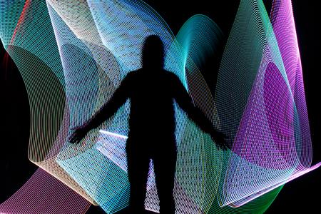 corpo umano: Silhouette nera di fronte astratto colore di sfondo freezelight. Disegno Lightsaber.