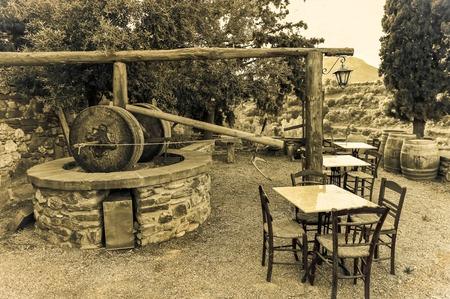 tradicional prensa de aceite de oliva griego en la aldea de Monemvasia, Laconia, Peloponeso