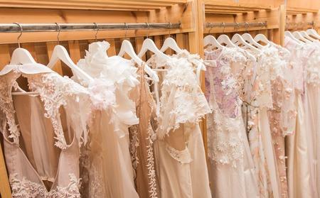 Weiße Hochzeitskleider Standard-Bild - 35374227