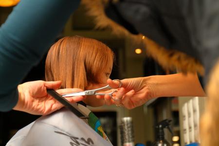 Primo taglio di bambina nel salone di bellezza professionale Archivio Fotografico