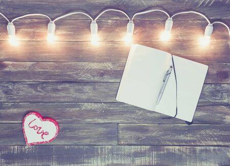 San Valentín de fondo con textura de madera con guirnalda de luz