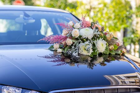 Fresh flowers on the car. Standard-Bild - 148242565