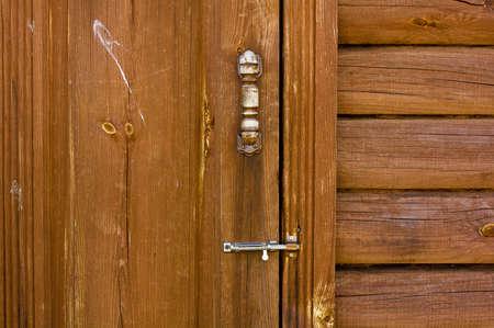 door bolt: Capilla puerta de madera con cerrojo de la puerta Foto de archivo