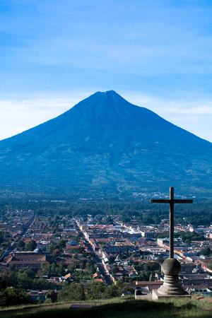 Cerro de la Cruz y el volcán Agua en Antigua Guatemala