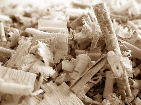 Close-up van houtspaanders van verschillende vormen.
