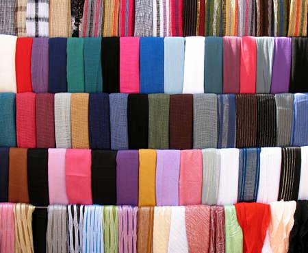 Telas de coloridos estancar en provincia de souk antiguo de Trípoli, Líbano.
