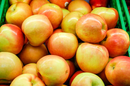 bunch up: Close up of a bunch of yellow and red apples