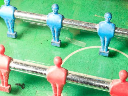 rejas de hierro: Un primer plano de figuras montado sobre barras de hierro de una mesa de juego de futbolín Foto de archivo