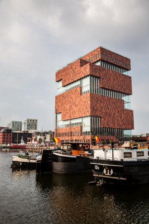 Antwerpen, België - 2016, 28 mei: Het moderne gebouw van het MAS museum naast de Schelde rivier in het Eilandje district van Antwerpen in Vlaanderen