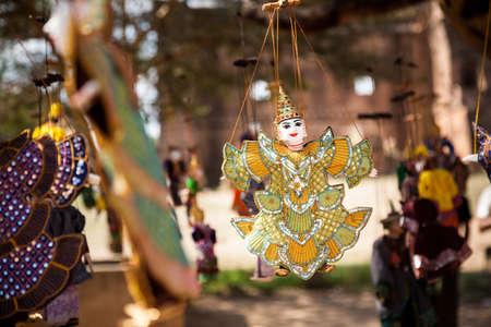 Una marioneta de cuerdas birmana colgando de un conjunto de cuerdas en la ciudad de Bagan, en el centro de Myanmar Foto de archivo - 88239228
