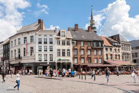 Hasselt, Belgia - 20 lipca 2017 r .: Ludzie chodzą na głównym placu miasta Hasselt o nazwie Grote Markt w prowincji Limburgia w Belgii